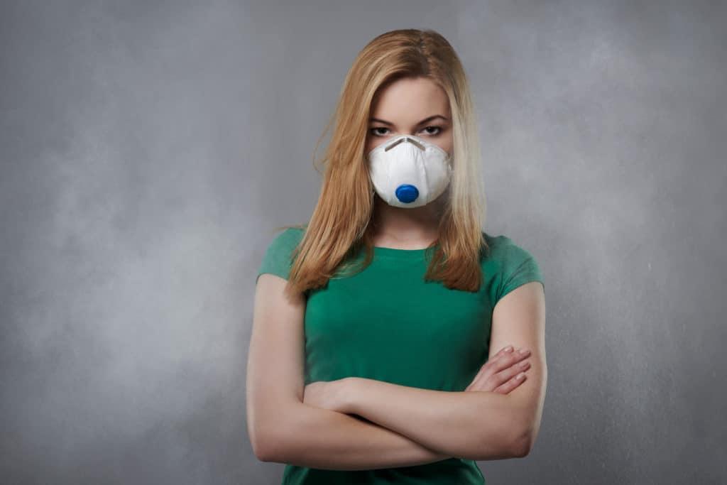 kobieta z maską przeciwsmogową